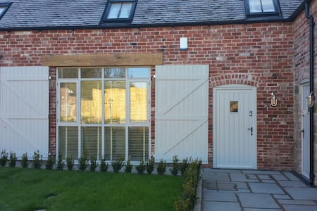 1 Luzon Dove Barn, Caverswall; nr Alton Towers - Staffordshire
