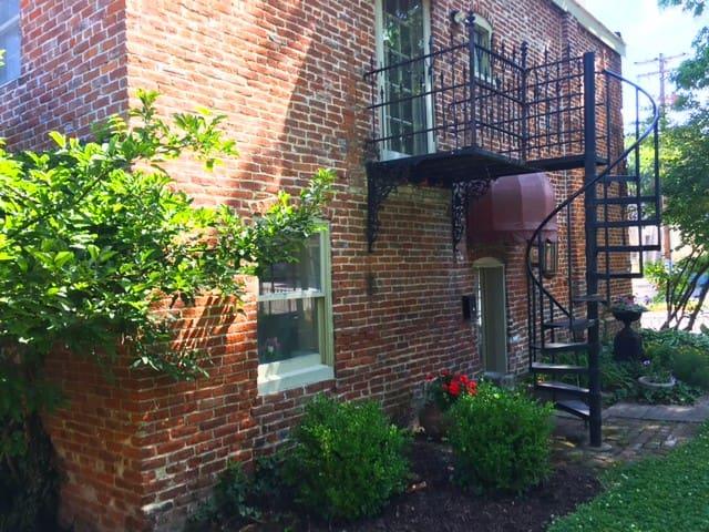 Carriage house w/loft - Historic Downtown & Purdue
