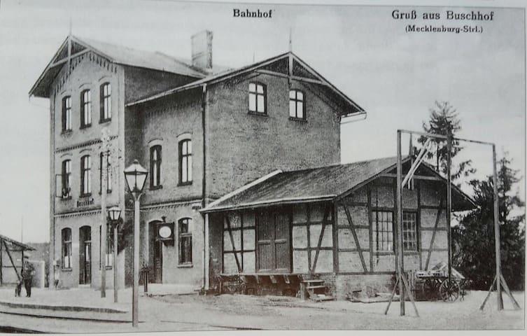 Romatischer Landbahnhof 1.Stockwerk - Schwarz - Huoneisto