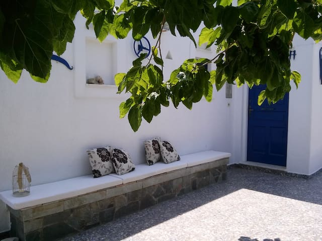 Andy's Traditional House 150m from Logaras Beach