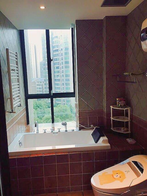 卧室卫生间,有按摩浴缸。配备日本进口入浴剂