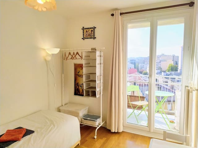 (G) Private room with parking and metro station!