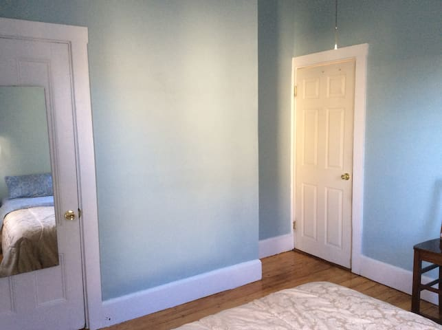 Spacious charming Quiet 3 Bedroom Brookline! - Бруклин - Квартира