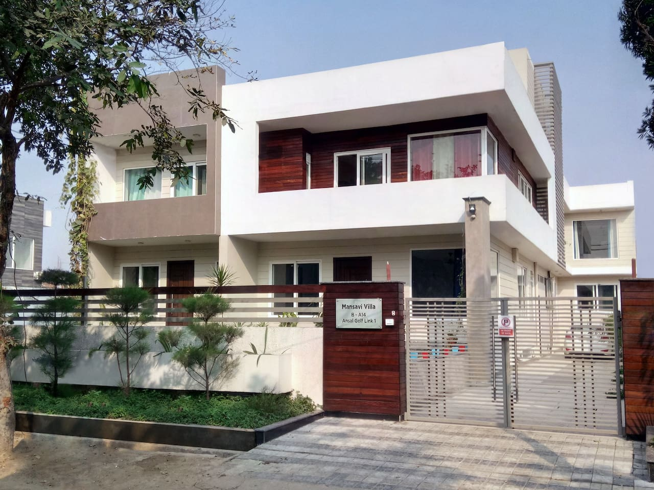 Mansavi Villa is located at very strategic location, easily reachable and just 600 meter from India Expo centre Greater Noida and offers guest a very peaceful and pleasureful stay with good ,tasty ,hygienic home made food with all amenities.