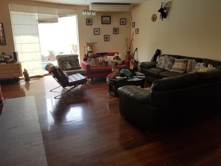 Casa Familiar, habitaciones amplias e iluminadas.