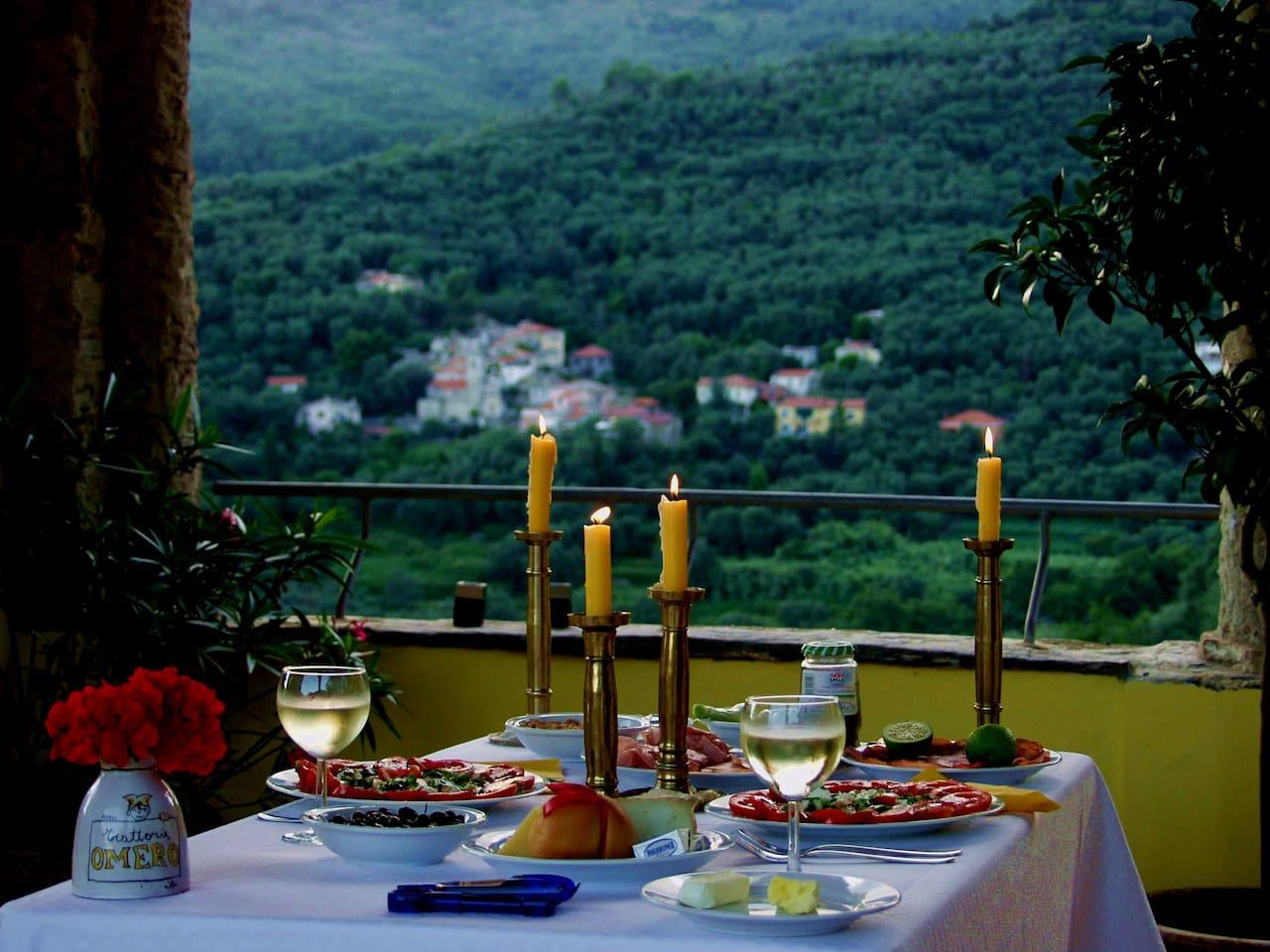 Loggia abends mit Blick auf die Olivenhaine.