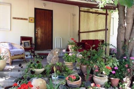 Lovely cabin in Yokne'am Moshava - יוקנעם - Cabaña