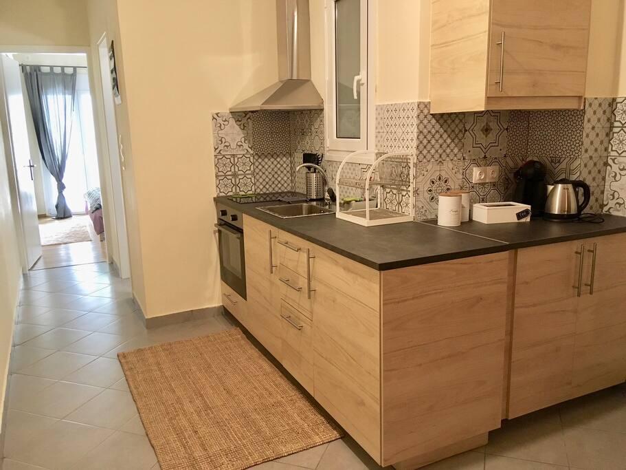 Κουζίνα και στο βάθος η κρεβατοκάμαρα