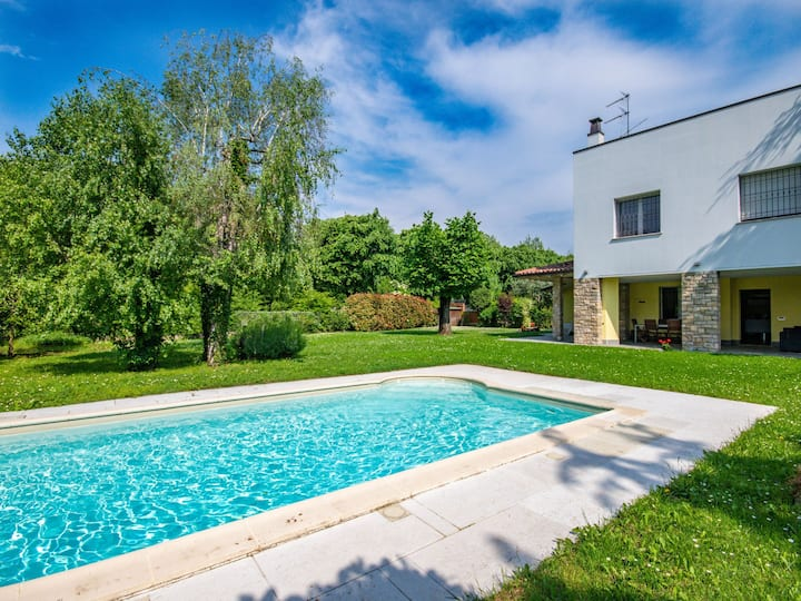 Elegant and modern villa at 50 m from the lake with garden, swimming pool
