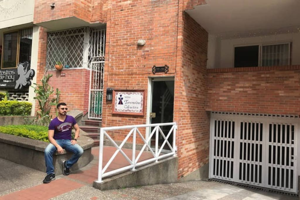 Enter to the building. :: Entrada al edificio