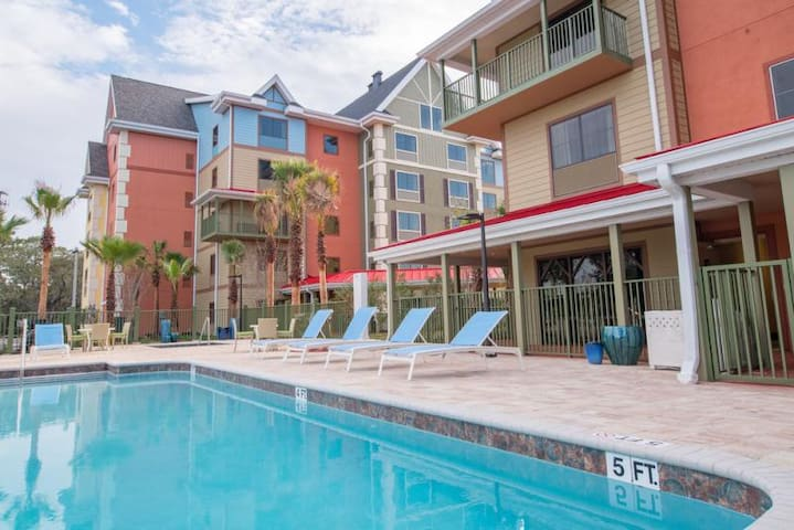 CLOSE TO ATTRACTIONS, GREAT UNIT, POOL, PARKING!
