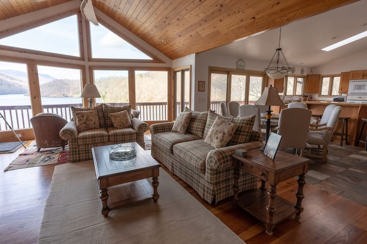 Amazing Views with Lake Access Family Retreat