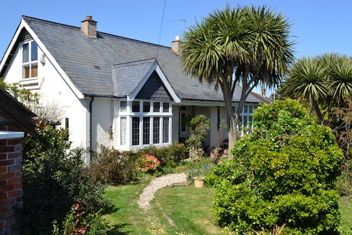 Character Cottage, Secluded Garden Ideal for Beach