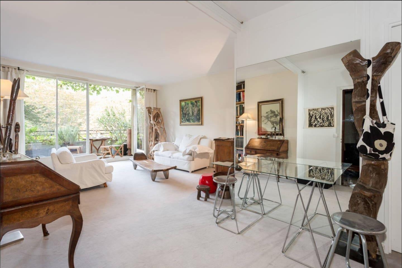 grand living lumineux, canapé lit, sofa bed en 120 de large, donnant sur petite terrasse, TV, cable avec chaines americaine  anglaise  espagnole, italienne, WIFI
