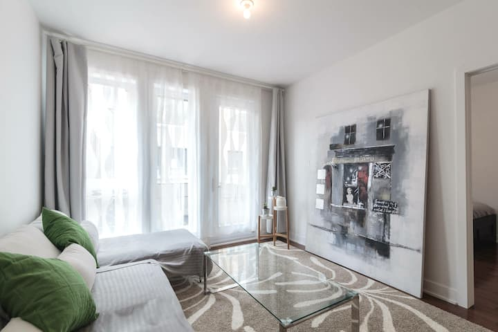 Comfy private bedroom in best Plateau location!
