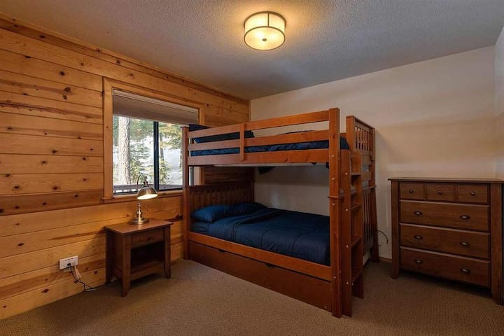 Guest room with full trundle bunkbed (great for kids!)