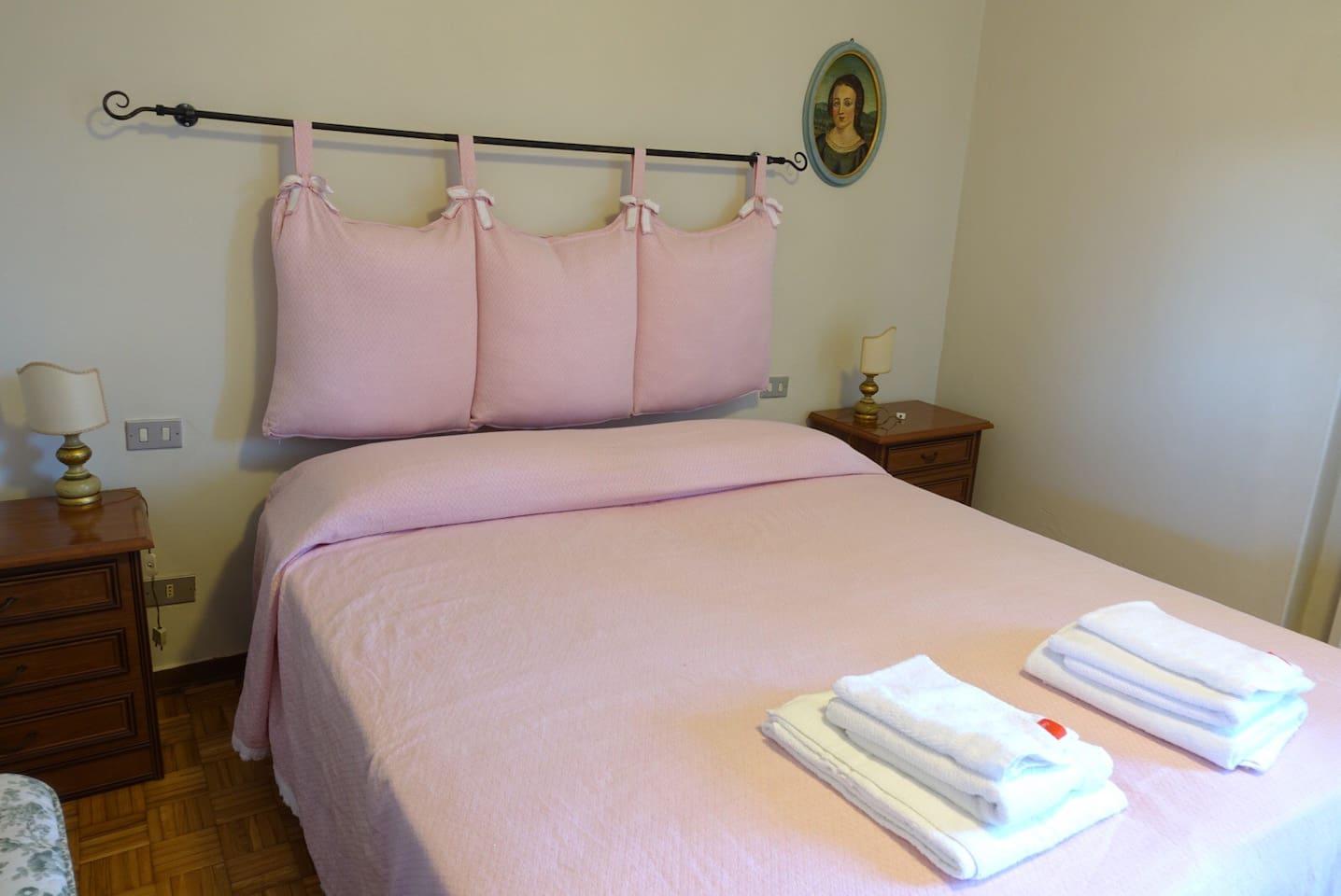Camera da letto completa di lenzuola, asciugamani e teli da bagno