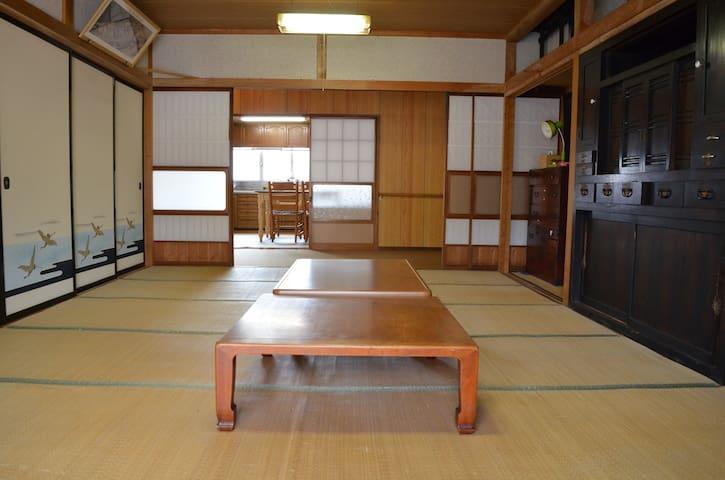 和室16畳 8人まで宿泊可能