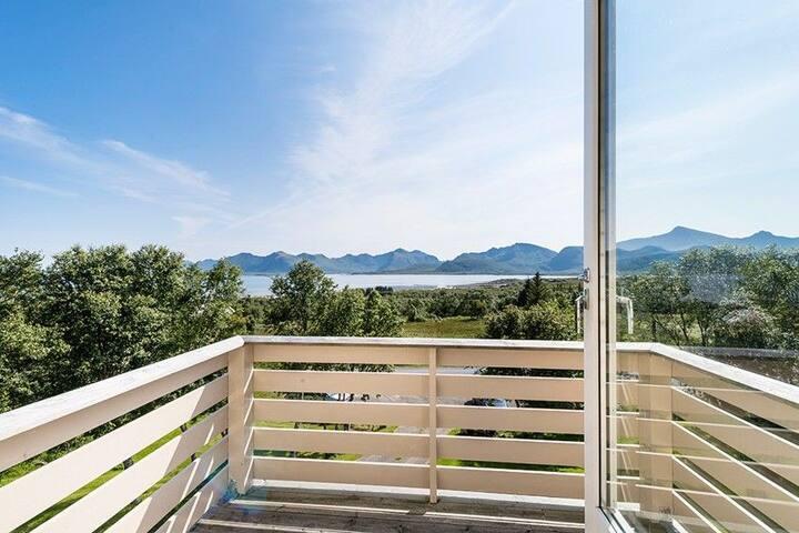 Villa med hage og enestående utsikt i rolig område