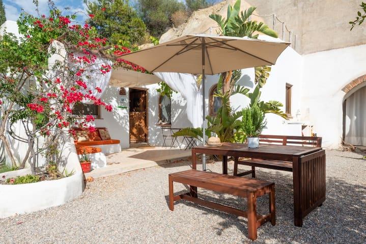 Casa Isadora, tranquil Spanish cave house rental.