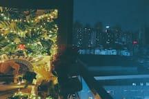 """""""新房特惠""""【曼曼-黑白】近观音桥九街、解放碑、洪崖洞、轻轨旁,超大浴缸房,超大阳台夜景房"""
