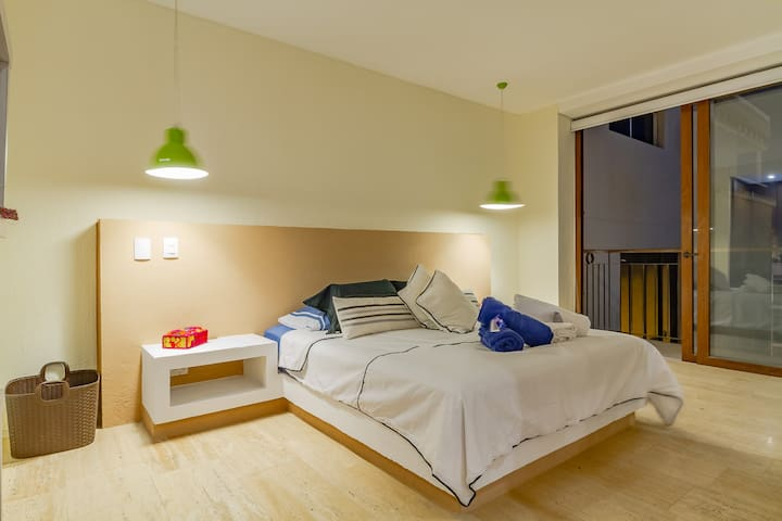 Vista general de la cama y acceso al balcón