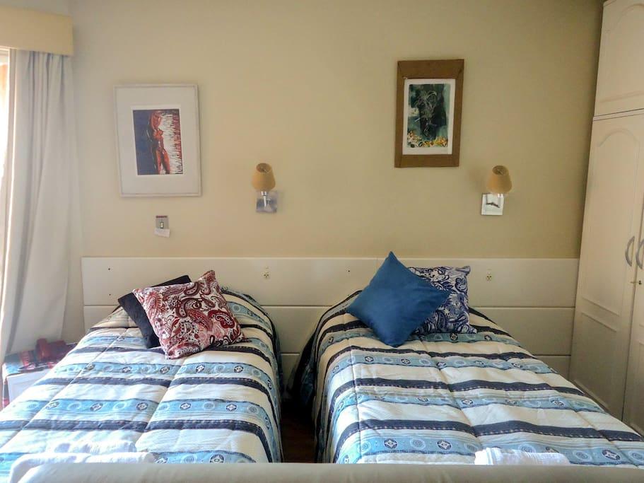 Para quem vier em grupo, temos a opção de três camas de solteiro super confortáveis ! (na foto vemos só um ângulo do studio, mas tem outra cama do outro lado! )