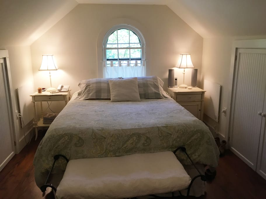 Master Bedroom, new Queen mattress, luxury linens