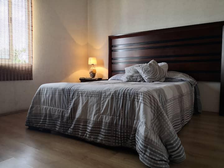 Habitación cómoda, baño privado y pantalla con Sky