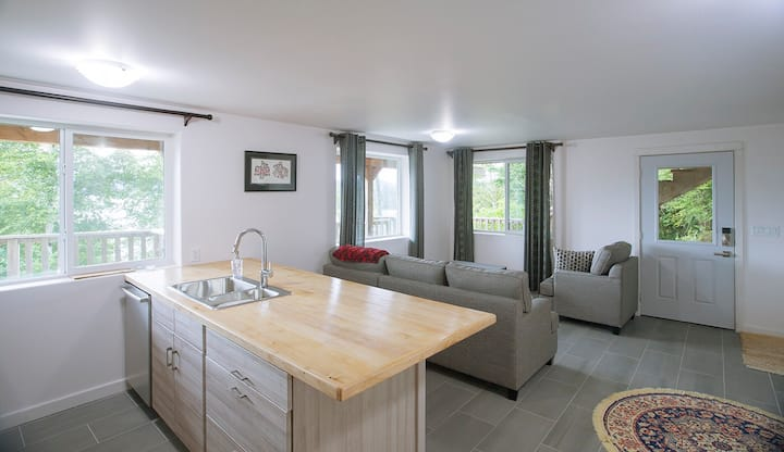 Skidegate Inlet Retreat, Raven Suite
