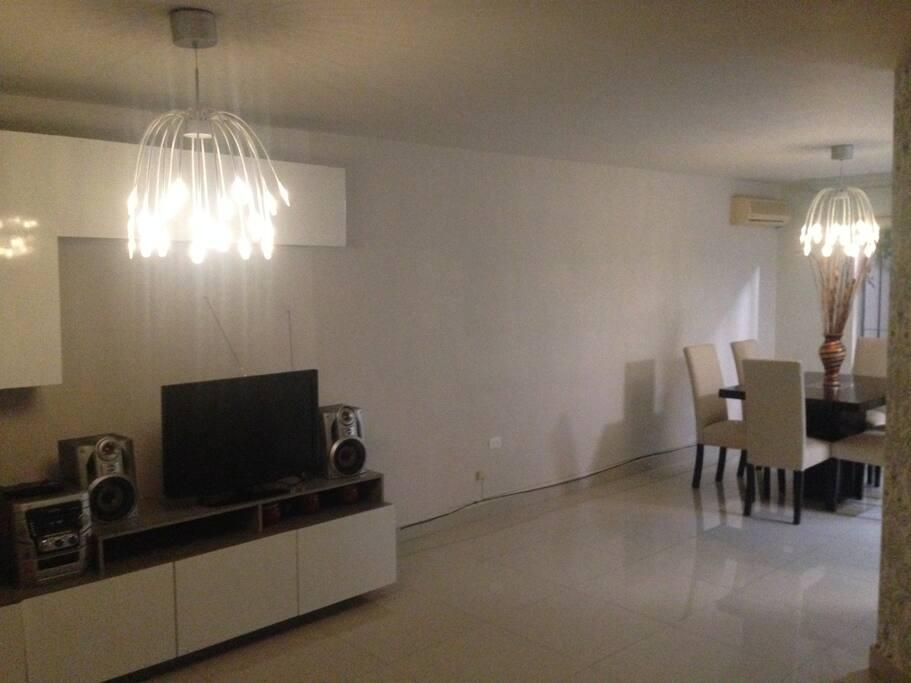 Sala de estar y comedor nuevos y súper cómodos!