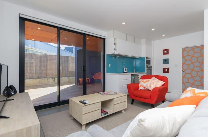 Sunset Apartments  - Orange Ground - 100m to shops