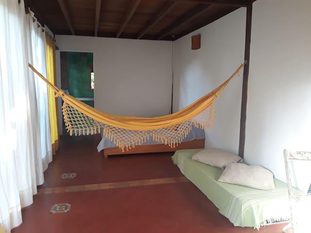 Quarto-suite com lindo quintal em Serra Grande