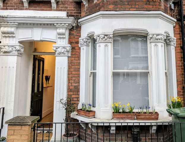 *CENTRAL LOCATION* Quiet Victorian Garden Flat