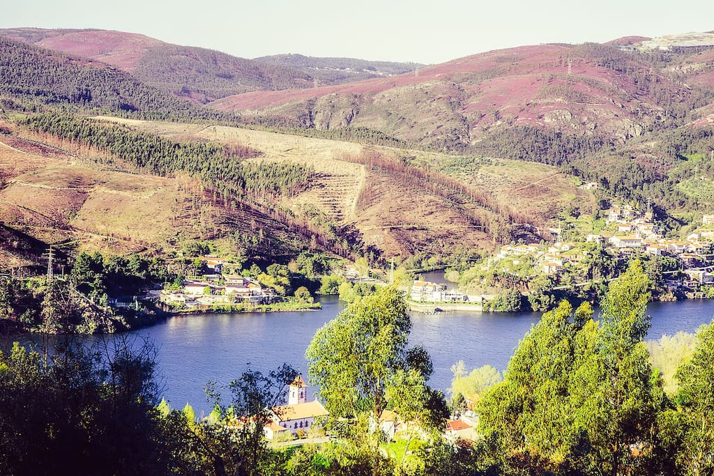 no alto da aldeia de Pedorido à margem do Douro