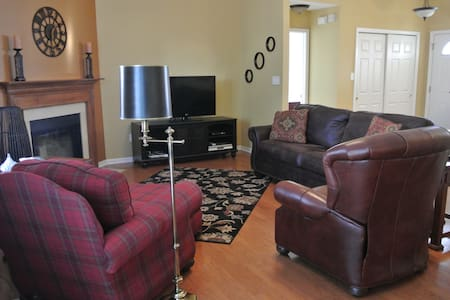 Entire NE Indy home. Cozy in a great location. - Fishers - House