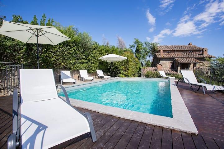 Plush Villa in Cortona with Private Pool, Garden, Terrace, BBQ