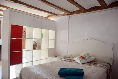 Habitació en una casa de tàpia i fusta - Hus