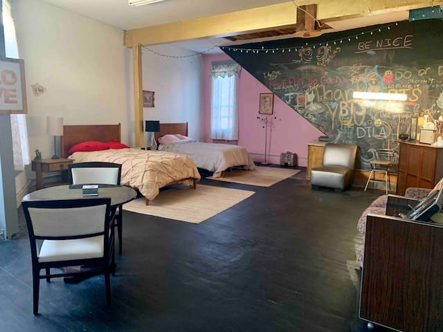 Private Room in DTLA Artist Loft Building!