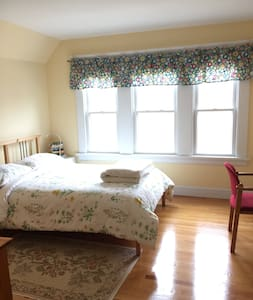East Rock - Private, Clean, Lovely (The East Room)