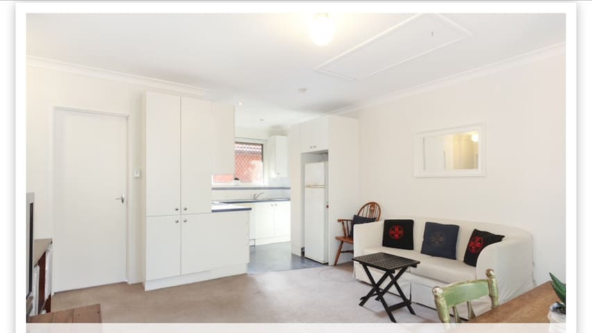 Sunlit room with off street parking - Dulwich Hill - Pis