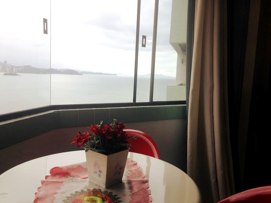 Sacada integrada à sala com vista para o mar