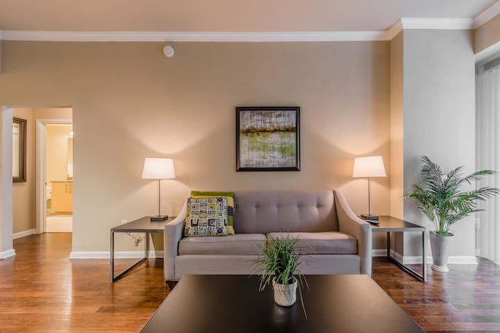 Contemporary Uptown Dallas 2br w/Parking, Pool!