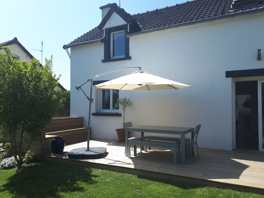terrasse côté jardin . coin repas.