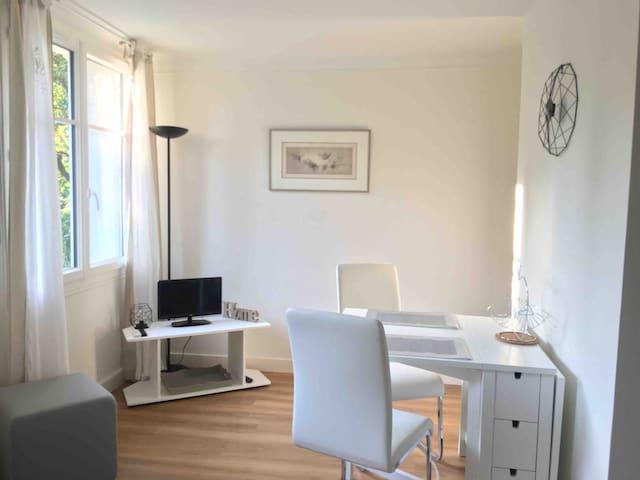Studio indépendant rénové dans maison ancienne