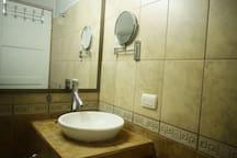 Baño #1, ubicado dentro de la habitación principal, excelente iluminación,  espejo con aumento 5X y agua caliente.