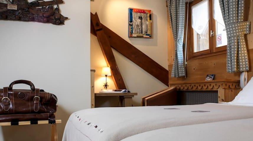 Petite chambre mansardée confortable dans un B&B - Chamonix - Bed & Breakfast