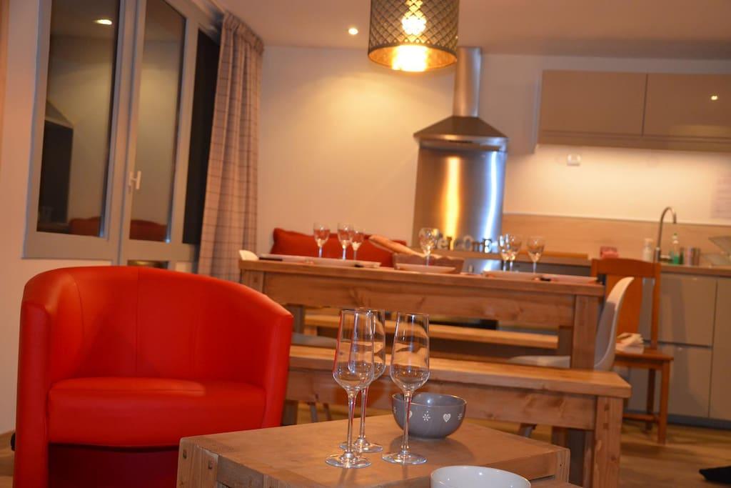 La grande pièce à vivre ouverte sur le balcon : salon, salle à manger, cuisine