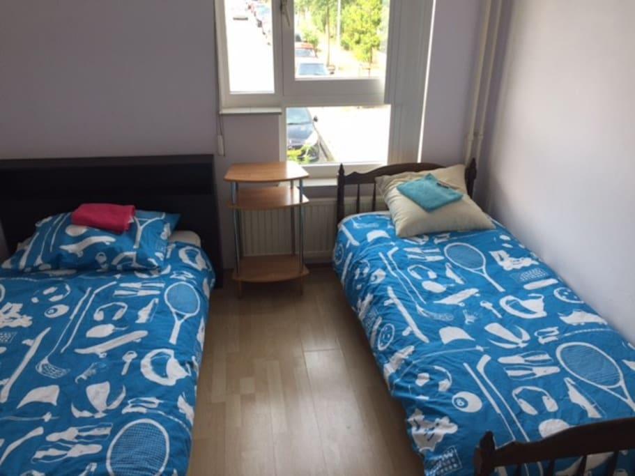 kamer met 2 singel beden en een kledingkast