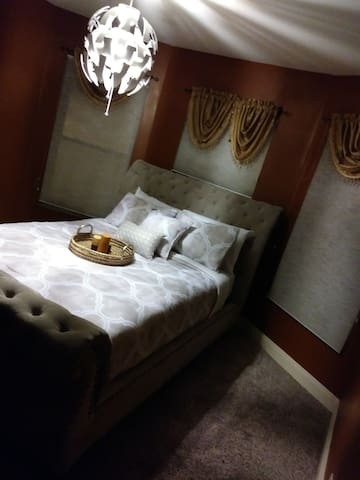 THIS IS Your 5 STAR ! PRIVATE BEDROOM WITH A QUEEN SIZE BED WITH FRESH CLEAN SHEETS AND A 43 INCH TV WITH CABLE